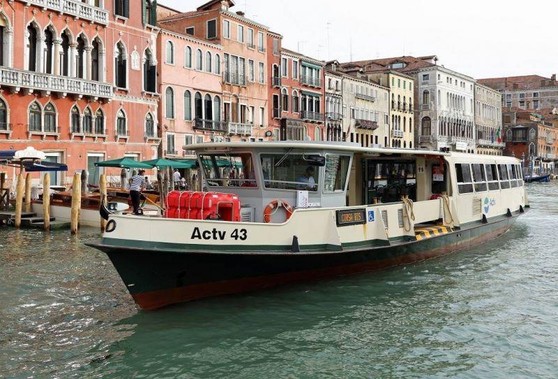 Embarcação usada no transporte de pessoas servirá para alcançar locais mais distantes do centro - (Foto: Wikimedia Commons)