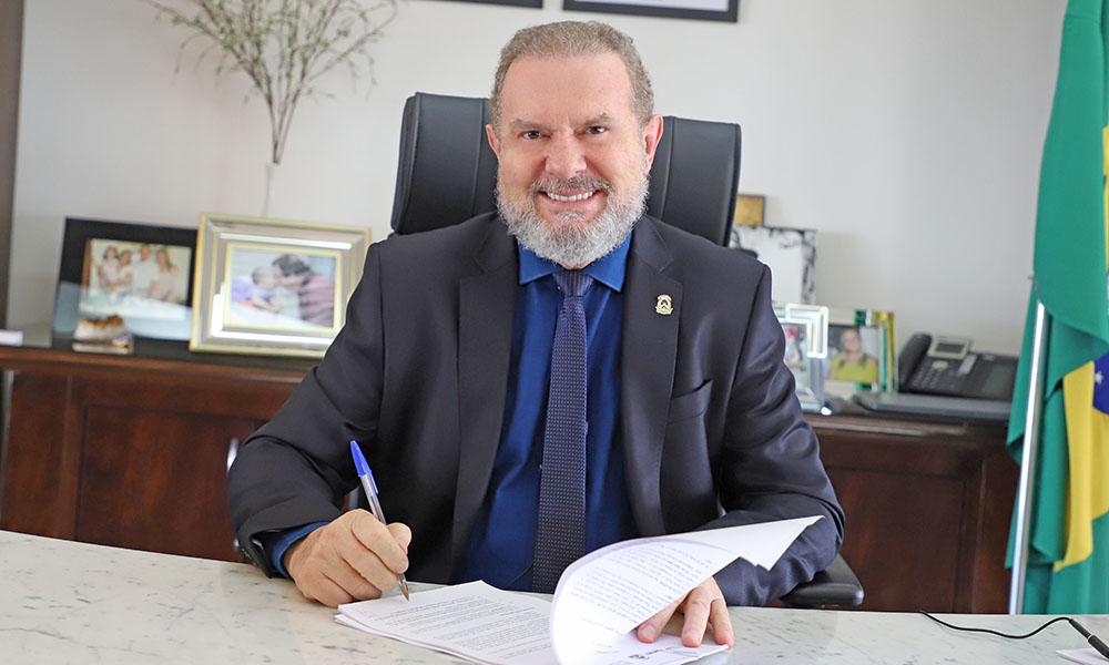 Governador Mauro Carlesse assinou na tarde desta sexta-feira, 9, um Acordo de Fornecimento para aquisição de 1 milhão de doses da vacina Sputnik V contra a Covid-19 (Foto: Nilson Chaves)