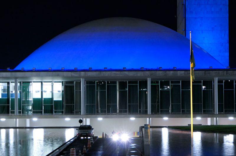 Congresso receberá iluminação azul entre os dias 21 e 29 de abril. A iniciativa é dos senadores Romário e Izalci Lucas, em apoio ao Movimento Orgulho Autista Brasil (Moab) - Roque de Sá/Agência Senado