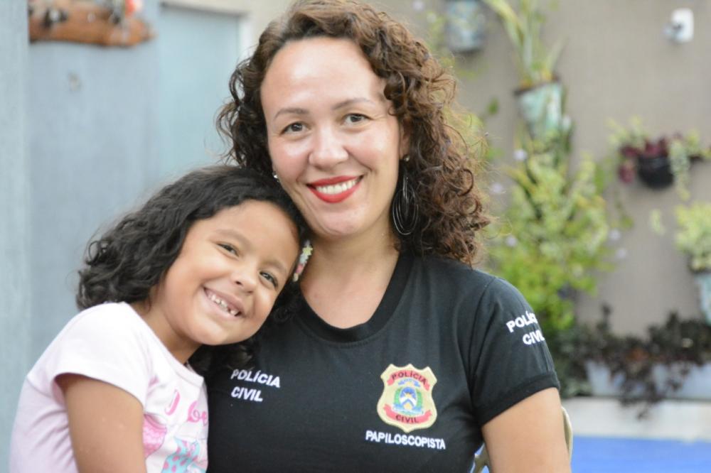 Mães da Segurança Pública são parabenizadas e mostram rotina de trabalho e de cuidados com os filhos (Foto: Dennis Tavares)