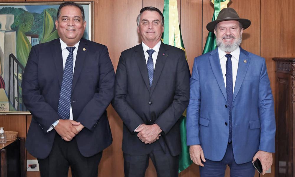 Governador Carlesse, acompanhado do senador Eduardo Gomes, reuniu-se com o presidente Jair Bolsonaro para tratar de obras e recursos (Foto: Governo do Tocantins)