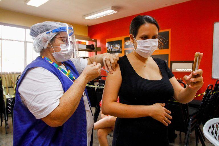 Recente decisão da Anvisa suspendeu aplicação da AstraZeneca em gestantes por suspeita de evento adverso grave - (Foto: João Viana/Prefeitura de Manaus)