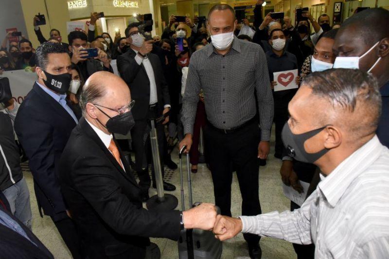 Missionários expulsos foram recebidos em São Paulo pelo bispo Edir Macedo - (Foto: Divulgação)