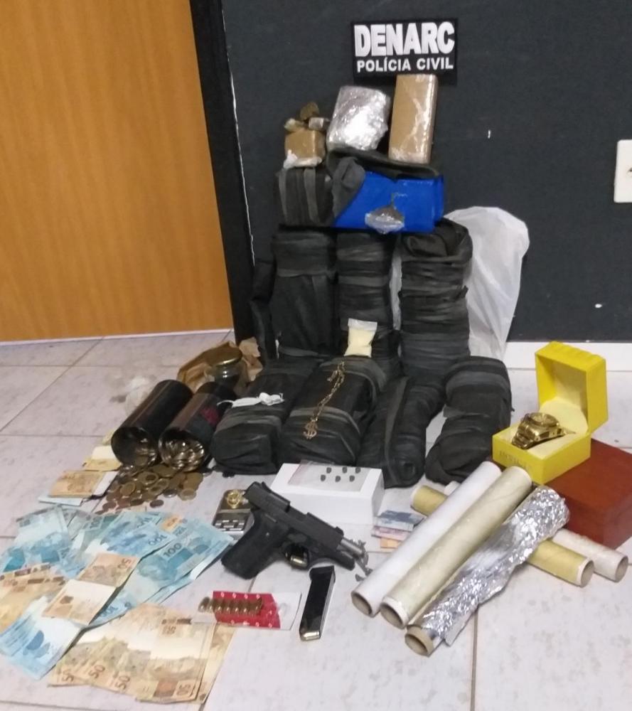 Drogas, dinheiro e arma de fogo apreendidos pela Polícia Civil em Araguaína (Foto: SSP/TO)