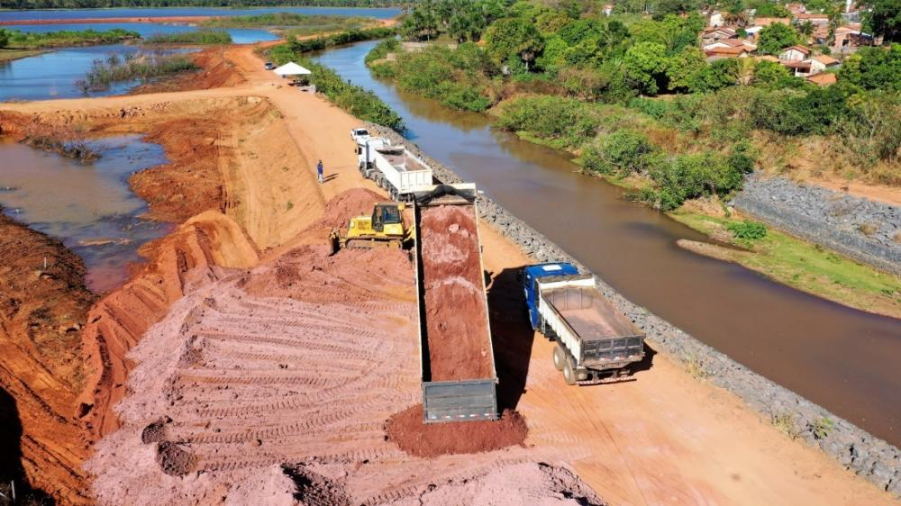 A Prefeitura de Araguaína deu início às obras para a construção do primeiro Centro de Convenções da região norte do Tocantins, que será implantado na Via Lago, um dos principais cartões postais da cidade. No local, os serviços de aterramento já estão bast