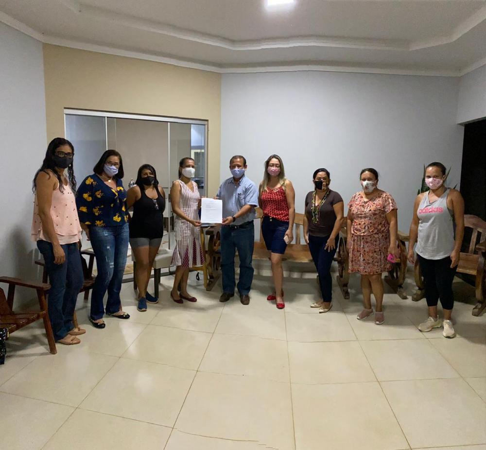 A entrega do documento obedeceu a todas as normativas da Prefeitura de Porto Nacional para o combate ao corona vírus (Foto: Divulgação)