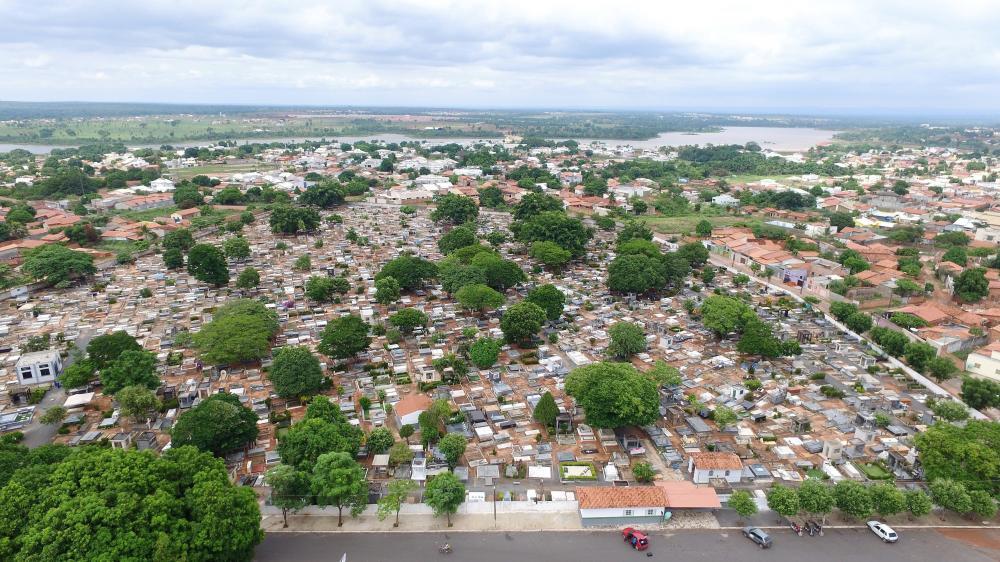 """""""A maioria dos túmulos não têm lápides e os familiares usam pontos de referência para encontrar, mas o Cemitério está em constante transformação, com construções novas e adaptações"""", explicou a administradora do local, Taisa de Almeida (Foto: Marcos Sande"""