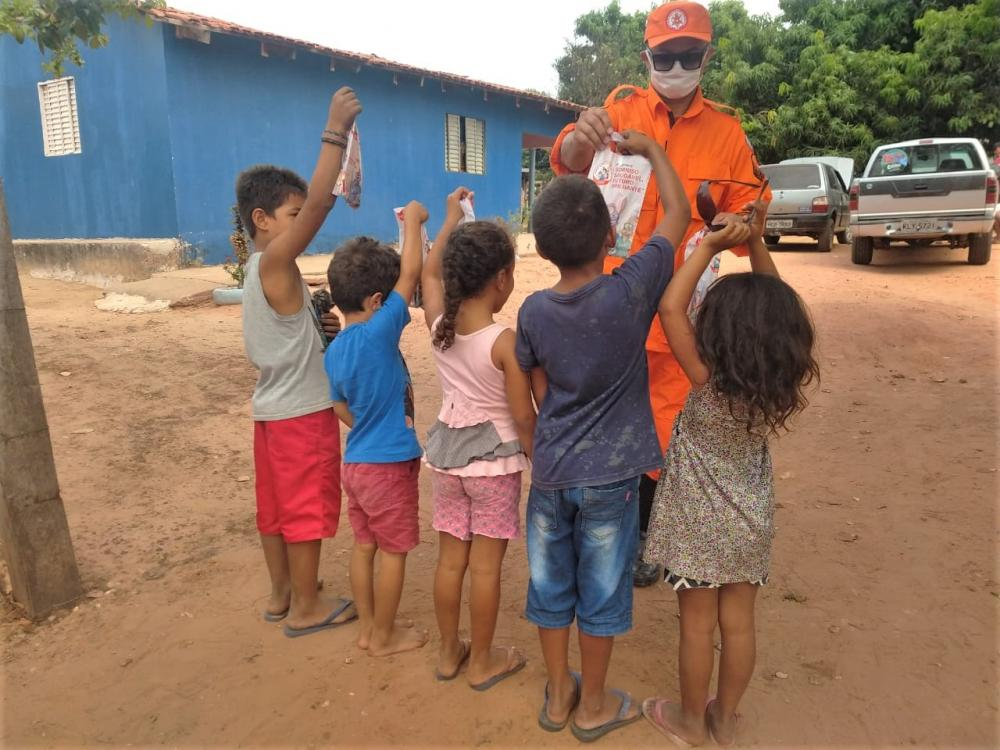 Crianças carentes em São Félix do Tocantins recebem kits de higiene bucal entregues pelo Corpo de Bombeiros Militar (Foto: Sargento Washington Aleluia)