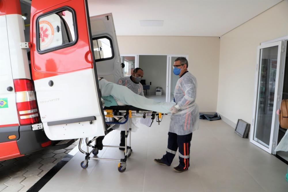 A transferência foi realizada com o auxílio da Unidade Avançada do SAMU, para garantir a saúde e segurança dos pacientes durante o trajeto (Foto: Marcos Sandes)