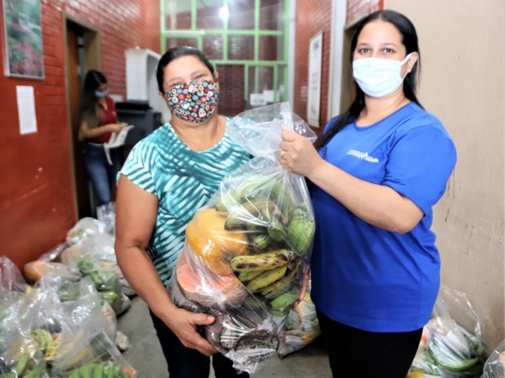 A entrega da cesta é realizada a cada quinze dias, com itens básicos, como arroz, óleo de cozinha e feijão que são adquiridos com o recurso emergencial para a covid-19 disponibilizado pelo Governo Federal (Foto: Marcos Filho)