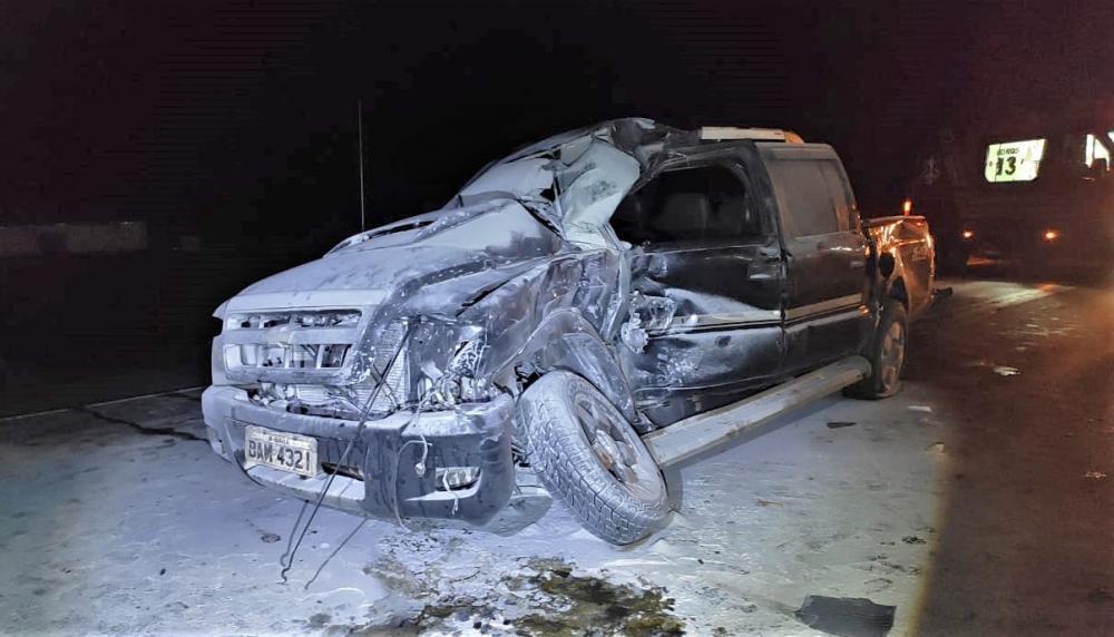 Camionete que se envolveu na colisão era ocupada por quatro pessoas. Duas precisaram de atendimento prioritário do Corpo de Bombeiros Militar (Foto: Divulgação)
