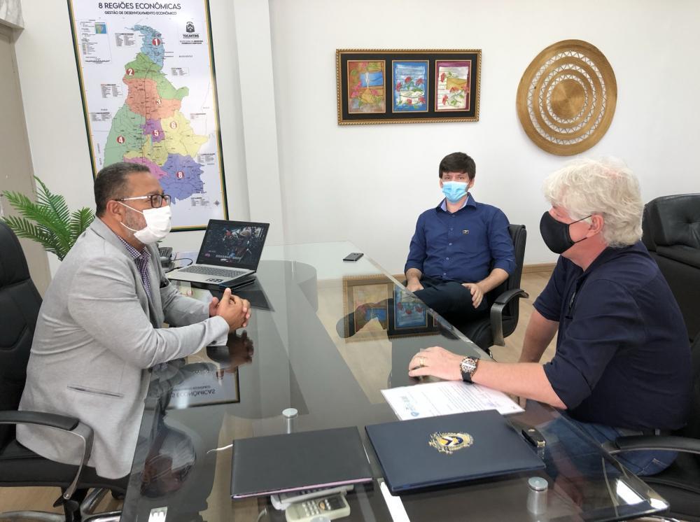 Tom Lyra recebeu Marcelo Perim e Marcos Koche (d) nesta segunda (Foto: Flávio Cavalera)