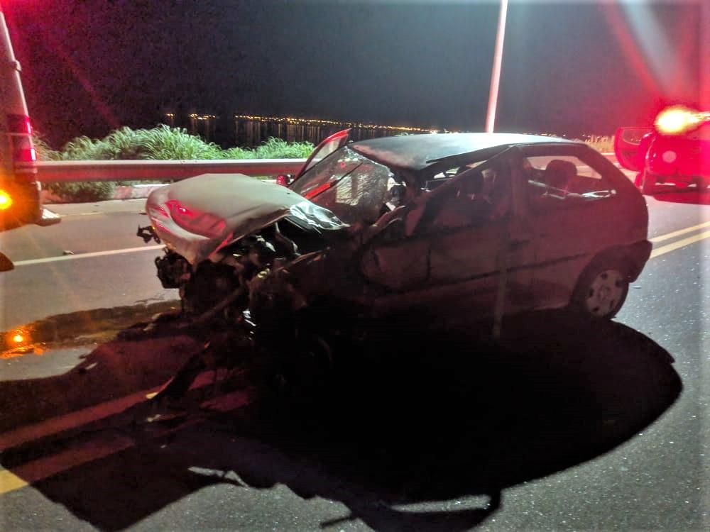 O veículo envolvido com o acidente sobre a Ponte da Amizade, em Palmas, nesta quarta-feira, 10 (Foto: Divulgação)