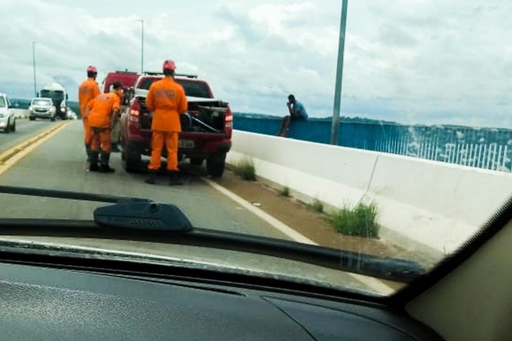 Bombeiros militares em ação no resgate ao jovem na Ponte FHC (Foto: Divulgação)