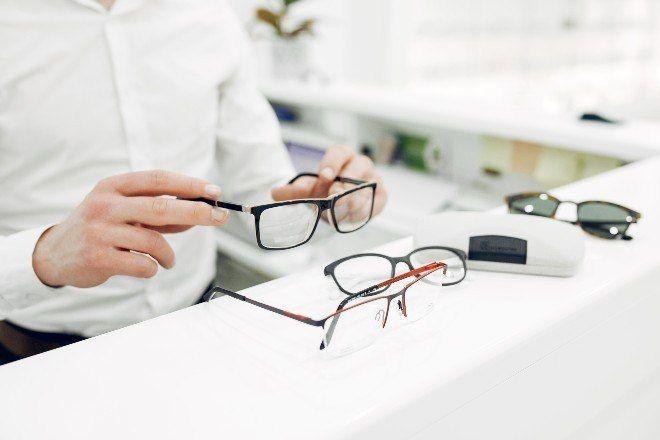 Óculos reduzem em 3 vezes chance de contrair covid, afirma estudo