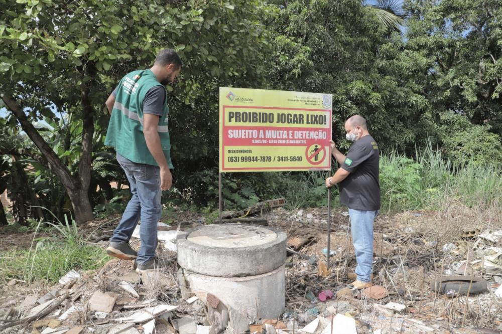 Até agora mais de 50 placas já foram instaladas em locais identificados pela fiscalização como uma área de descarte irregular de lixo (Foto: Marcos Sandes)